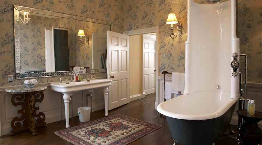 Big Bathroom In Victorian Style NYC: Authentic Victorian Bathroom With A  Clawfoot Tub / Clawfoot